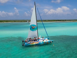 Cozumel Catamaran Sail, Snorkel and Beach Break at Tortugas Beach Club Excursion
